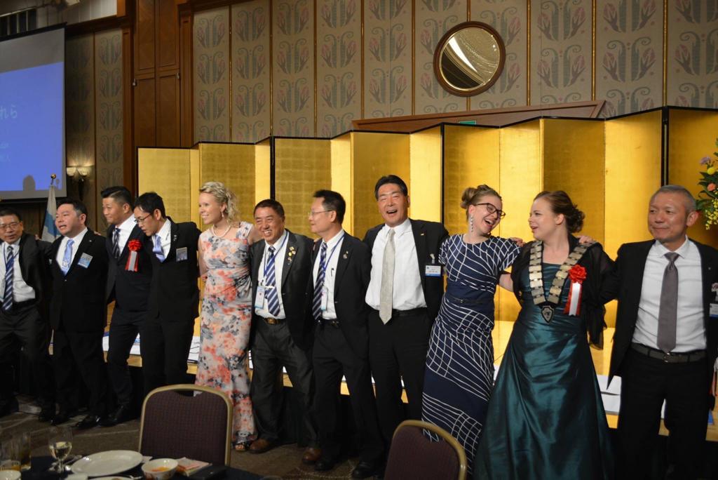 Nuorkauppakamaritoiminnan kautta meillä kaikilla on mahdollisuus luoda kansainvälisiä liiketoimintaverkostoja sekä elinikäisiä ystävyyksiä ympäri maailman. Tässä kuvassa olemme Japanissa ystävyyskamarimme, JCI Higashi-Osakan, 60-vuotisjuhlissa. Oulun Nuorkauppakamarin edustajat vasemmalta oikealle ovat Riikka Pohjanen (PRES 2016), tuolloin juuri koejäseneksi liittynyt Ulla Pirkola (PRES 2020) sekä Elena Oikarinen (PRES 2017).